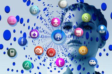 Dieses Foto zeigt ein Gesicht hinter vielen Icons mit Symbolen für Kopfhörer,Kamera, Paragrafen, Facebook und vieles mehr.