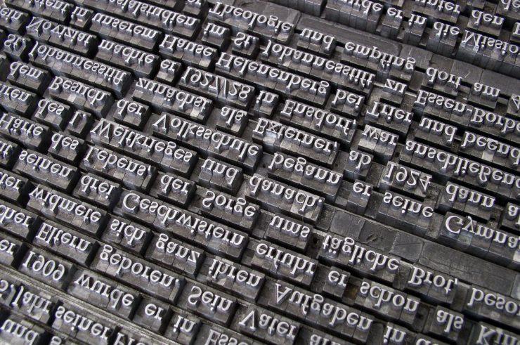 Blick auf Buchstaben im Bleidruck - Foto: wilhei - pixabay